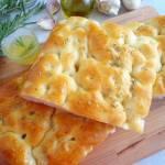 Focaccia z masłem czosnkowym i rozmarynem (Focaccia all'aglio e rosmarino)