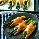 Szparagi w cieście francuskim z boczkiem i serem