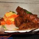 Czarne żeberka po warmińsku podane z marchwią i ziemniakami