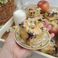 Ucierane ciasto z jablkami, jagodami i kruszonka
