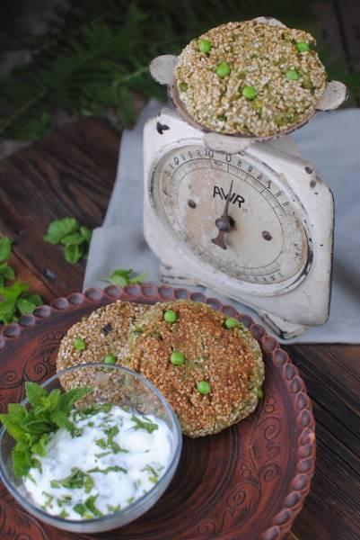 Kotlety z kaszy gryczanej z pokrzywą i groszkiem