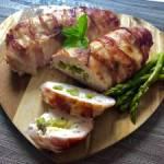 Filety ze szparagami zapiekane w bekonie