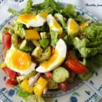 Prosta wiosenna sałatka z jajkiem i warzywami