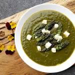 Zielona zupa ze szparagów i szpinaku.