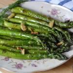 Zielone szparagi smażone na maśle