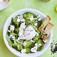Sałatka z brokułami i jajkiem w koszulce