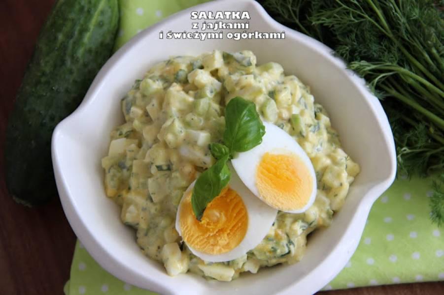 Sałatka z jajkami i świeżymi ogórkami