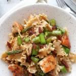 Razowy makaron ze szparagami, indykiem i suszonymi pomidorami (Pasta integrale con asparagi, pomodori secchi e tacchino)