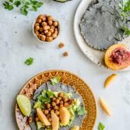 Tortille z awokado, pikantną ciecierzycą i nektarynka