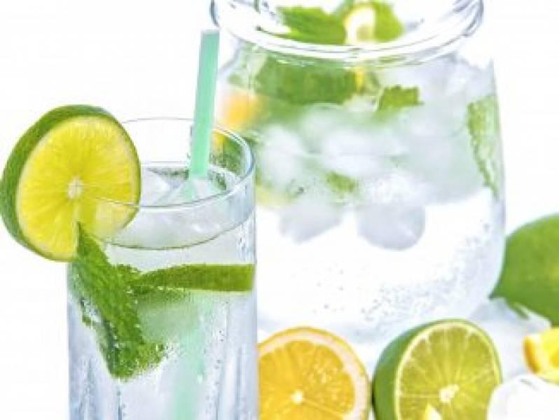 Orzeźwiająca woda z limonką i cytryną
