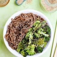 Makaron soba z brokułami, groszkiem cukrowym i sezamem