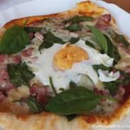 Pizza z boczkiem, szpinakiem i jajem