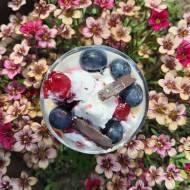 Jogurtowy deser z lodami i owocami