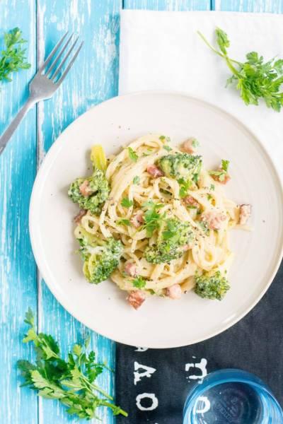 Spaghetti carbonara z brokułem i mozzarellą