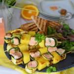 Grillowane szaszłyki z  cytrusowym łososiem w towarzystwie chrupiącej cukinii i słodkiego ananasa