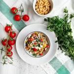 Pożywna sałatka warzywna z komosą ryżową i soją