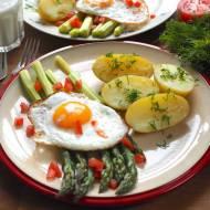 Jajko sadzone ze szparagami i młodymi ziemniakami