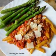 Makaron z indykiem, sosem pomidorowym i szparagami