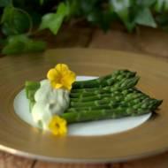 Szparagi z sosem z awokado