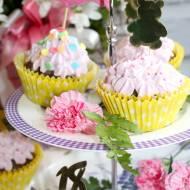 Urodzinowe czekoladowe babeczki z różanym kremem