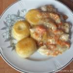 Potrawka z kurczaka z marchewką i cebulą z kluskami śląskimi