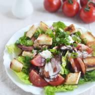 Sałata rzymska z boczkiem i serem pleśniowym