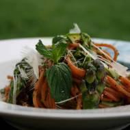 Spaghetti bezglutenowe z pesto z mięty i pietruszki ze szparagami