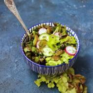 Wiosenna sałatka z ogórkami, rzodkiewką i koperkiem