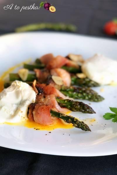 Klasyczne danie ze szparagami, boczkiem i jajkiem