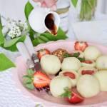 Knedle z truskawkami, sosem czekoladowym z miodem i orzeszkami