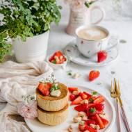 Cytrynowo-miętowe sufletowe pancakes z truskawkami