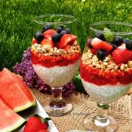Deser z chia, granolą i owocami
