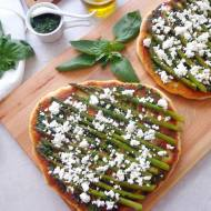 Focaccia z pieczonymi szparagami, fetą i pesto z bazylii (Focaccia con asparagi, feta e pesto di basilico)