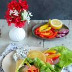 Tortilla z warzywami i wędzonym łososiem