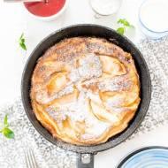 Placek naleśnikowy z jabłkami i sosem truskawkowym