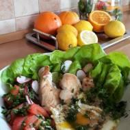 Sadzone jajko z kawałkami kurczaka na wiosennej sałacie