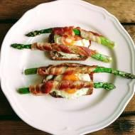 Szparagi w boczku z jajkiem sadzonym