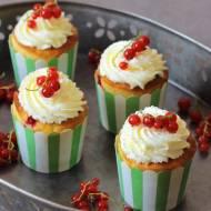 Muffiny porzeczkowe z bitą śmietaną