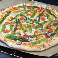 Pizza ze szparagami i białym sosem