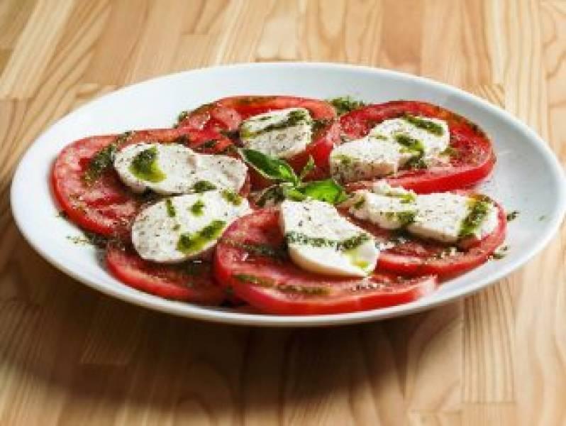 Pomidory z mozzarellą i pesto