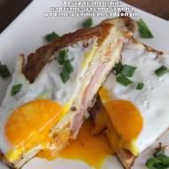 Tosty francuskie nadziewane serem i szynką podane z jajkiem sadzonym