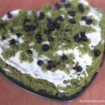 Ciasto mech leśny z bitą śmietaną i jagodami