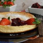 Omlet na słodko z dżemem wiśniowym i truskawkami