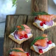 Krakersy serowe z łososiem
