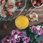 Otrębowe placki z kefirem i truskawkami - pomysł na letnie śniadanie