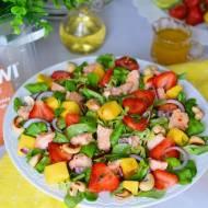 Sałatka z ostrym łososiem, truskawkami, mango i cytrusowym dressingiem