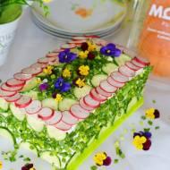 Łososiowy tort kanapkowy z chrupiącą rzodkiewką i szpinakową nutą