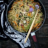 Chow mein z marchewką młodą