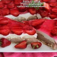 Ciasto na zimno z jogurtów greckich, masą budyniową i galaretką z truskawkami