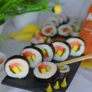 Sushi z wędzonym łososiem, mango i warzywami